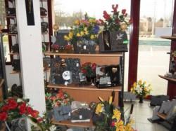 Plaques et fleurs artificielles